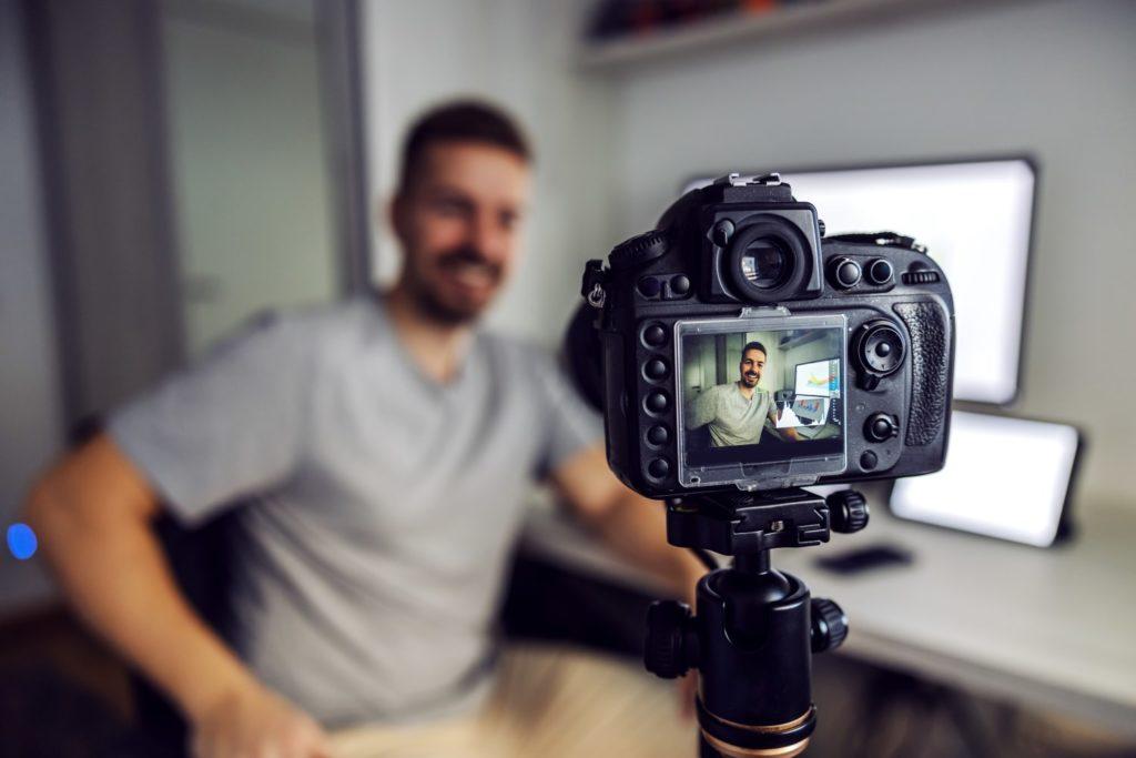 Mitarbeiter einer Akademie dreht Lernvideo