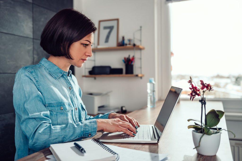 Frau beteiligt sich an Online-Umfrage