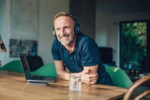 Mitarbeiter hört Podcast