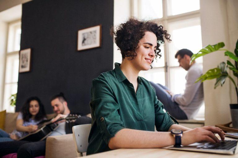 Frau beim E-Learning